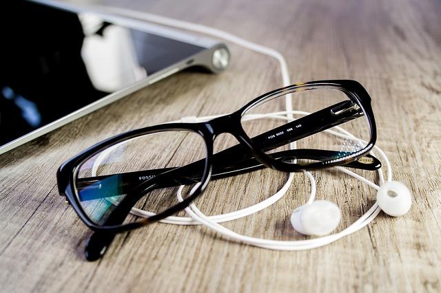 gafas y auriculares